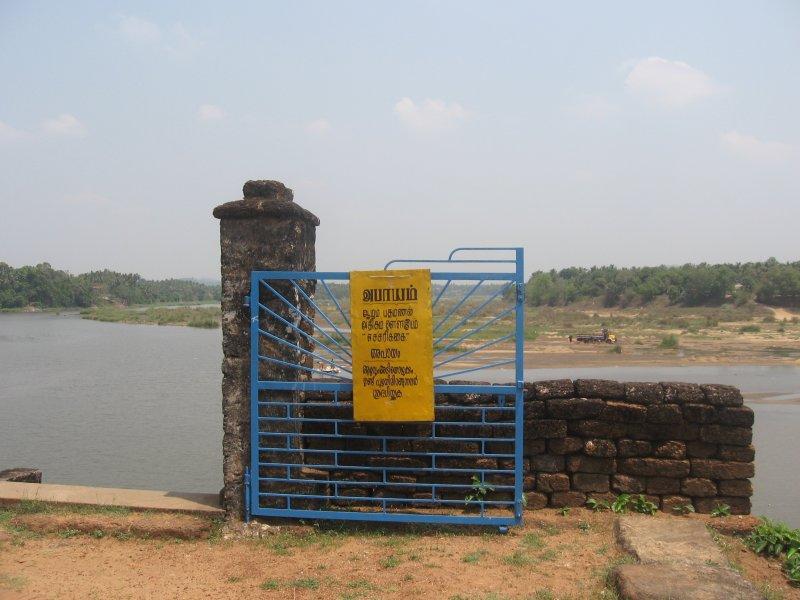 caution board at vithuvakOde.jpg