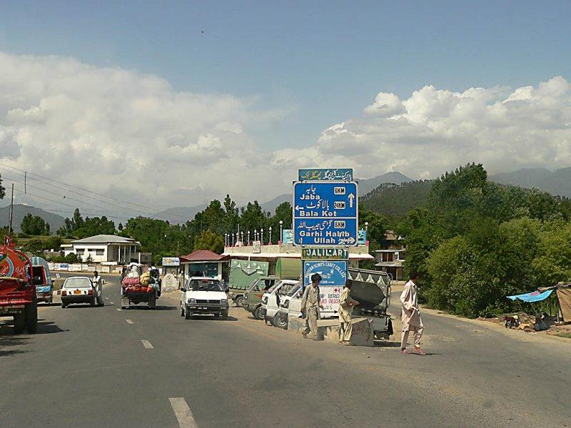 Fork - going right would take you to Garhi Habibullah and Muzaffarabad - P1160456.jpg