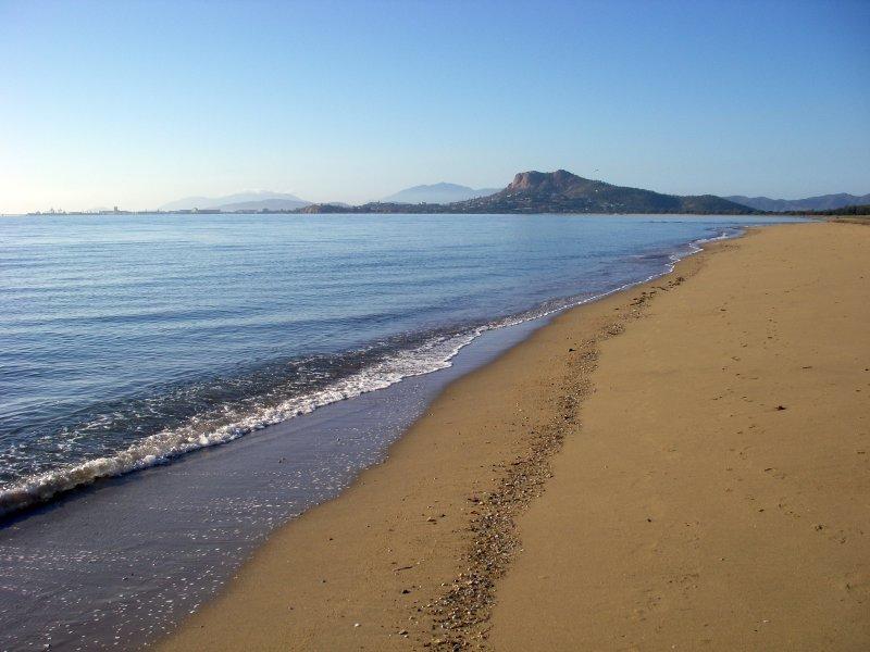 Castle Hill from Pallarenda beach IMGP0226b.jpg