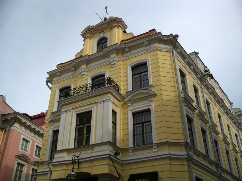 Classical-style building on Suurgildi Plats
