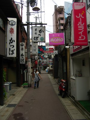 Takayamas nightlife district by day