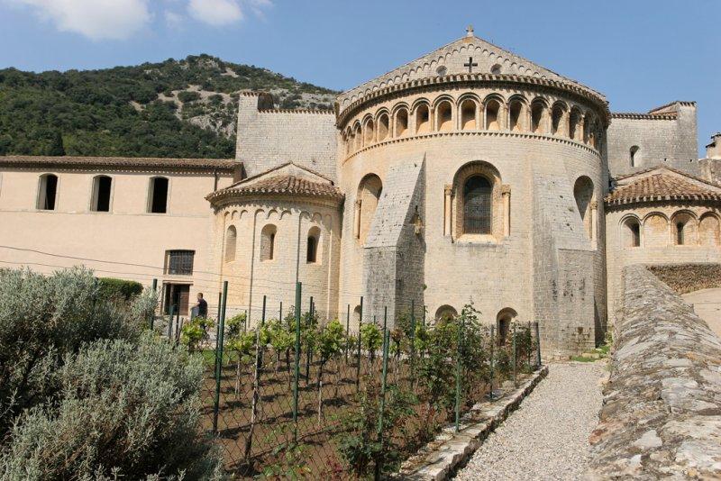 Visite de Saint-Guilhem le Désert, un village classé dans la liste des plus beaux villages de France