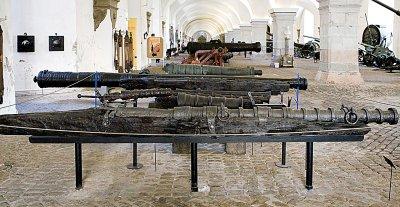 Et blikk ned i hallen hvor kanonene ligger.