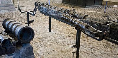 Til venstre: 14-punds bakladekanon av støpejern, 15/1600-tallet. Til høyre: lett smijernskanon, baklader. 1500-tallet.