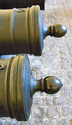 (bak) 18-punds og (foran) 12-punds bronsekanoner