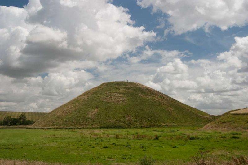CRW_00222.jpg Silbury Hill - c 2660BC Later Neolithic (39.5m, 130ft high) Avebury - © A Santillo 2003