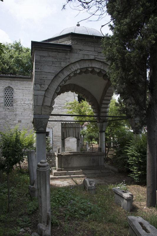 Istanbul Defterdar Mahmut Efendi mosque2015 8587.jpg