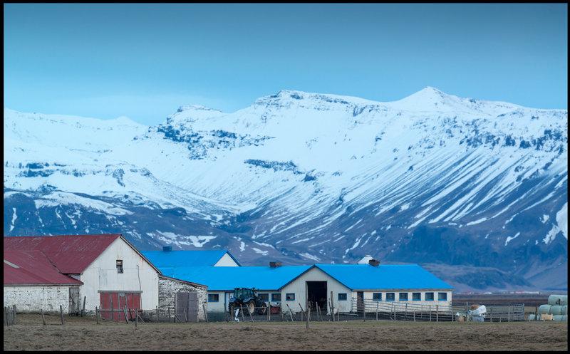 Farm with blue roof south of Hvolsvöllur