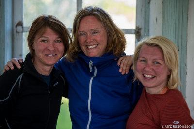 Tre glada tjejer i lusthuset.