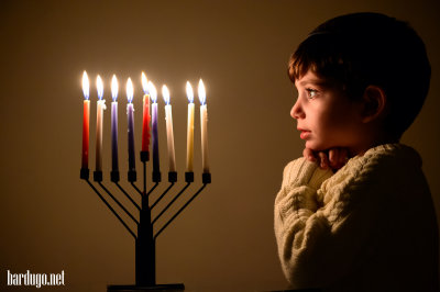 ילד מדליק נרות