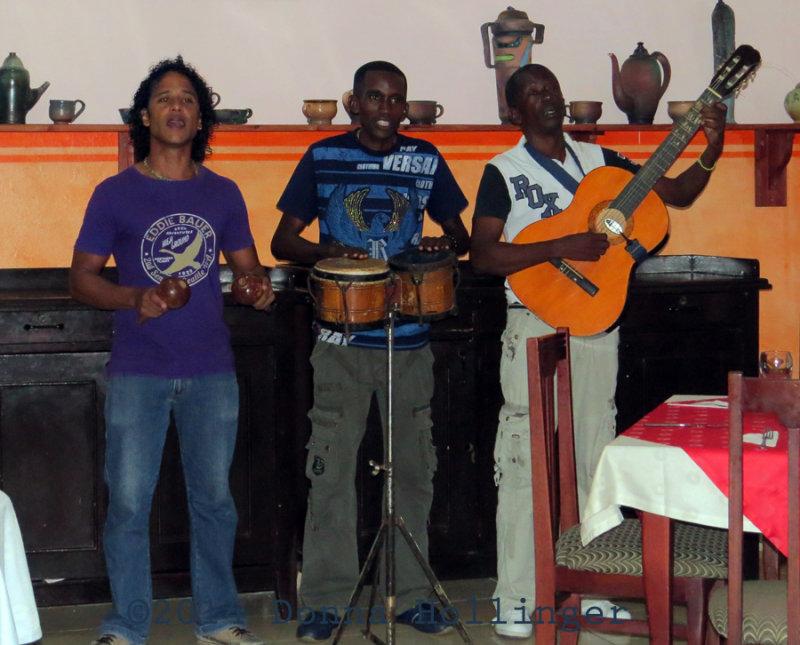 An Entertaining Trio at Horizontes