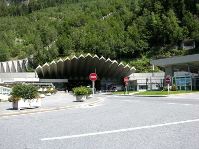 <strong>Entrée du tunnel du Mont-Blanc côté France<br>Mount Blanc Tunnel french entrance</strong>