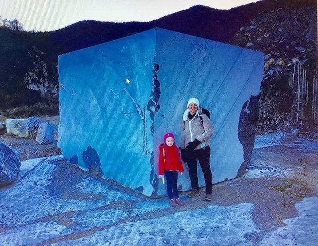 Contre le grand cube de pierre d'Arudy