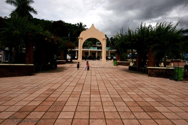 Vista del Arco que Corona el Parque Central