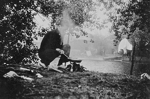 Ashley cooking eggs and bacon at Whitchurch Lock Island, 1901