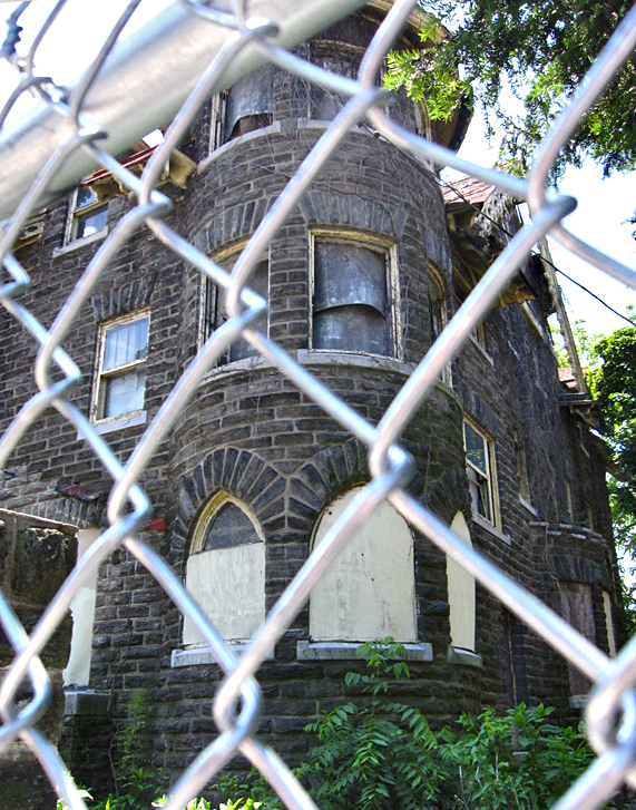 <b>Spring 2009</b> A chain link fence safeguards the house.