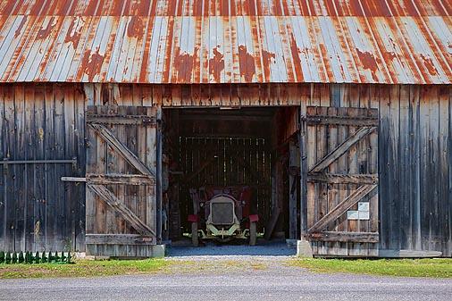 Car In A Barn 00295