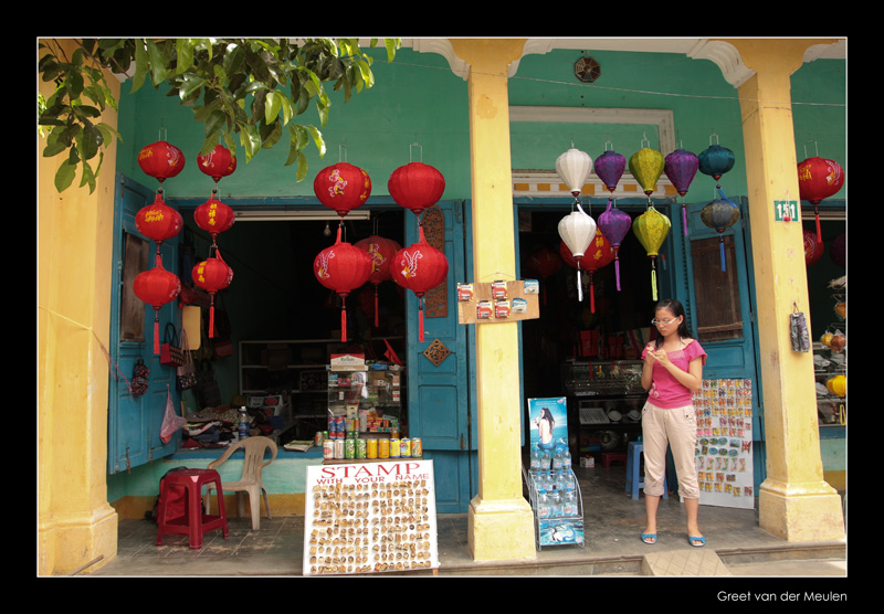 8787 Hoi An, shopgirl at Chinese lanternshop