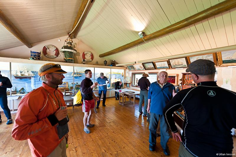 Gruppen fick en visning av sjömannaföreningens fina museum.