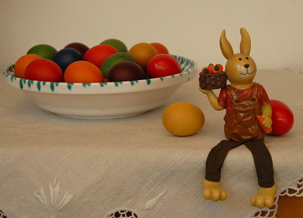 Der Osterhase freut sich über die selbst gefärbten Eier