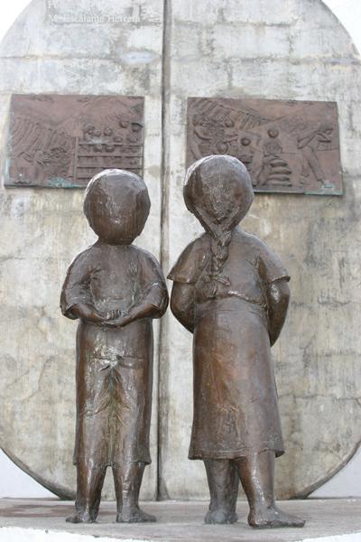 Escultura Frente a la Iglesia Catolica (dedicada a los cortadores de cafe)