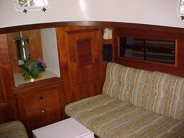 salon, strbd settee