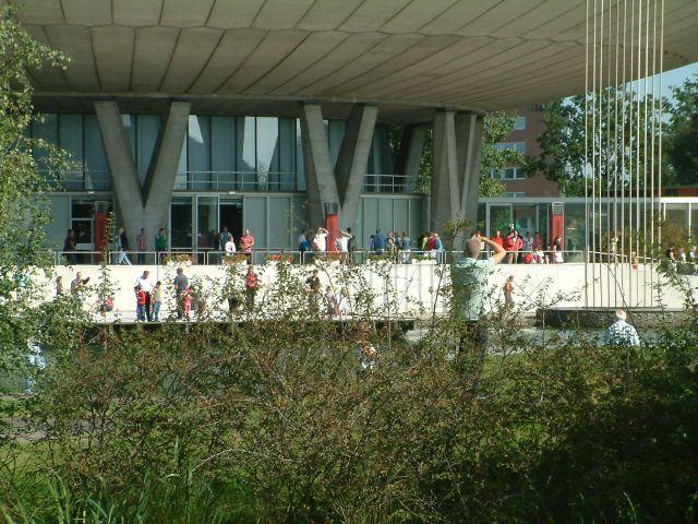 Mensen in het zonnetje op het terras