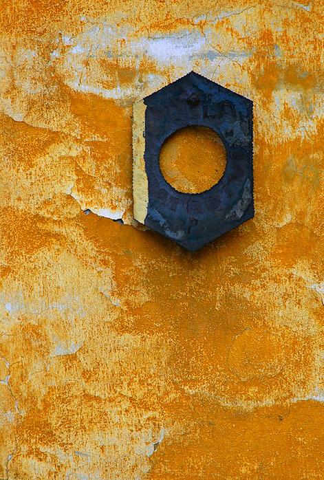 The Metalic O in the Yellow Wall