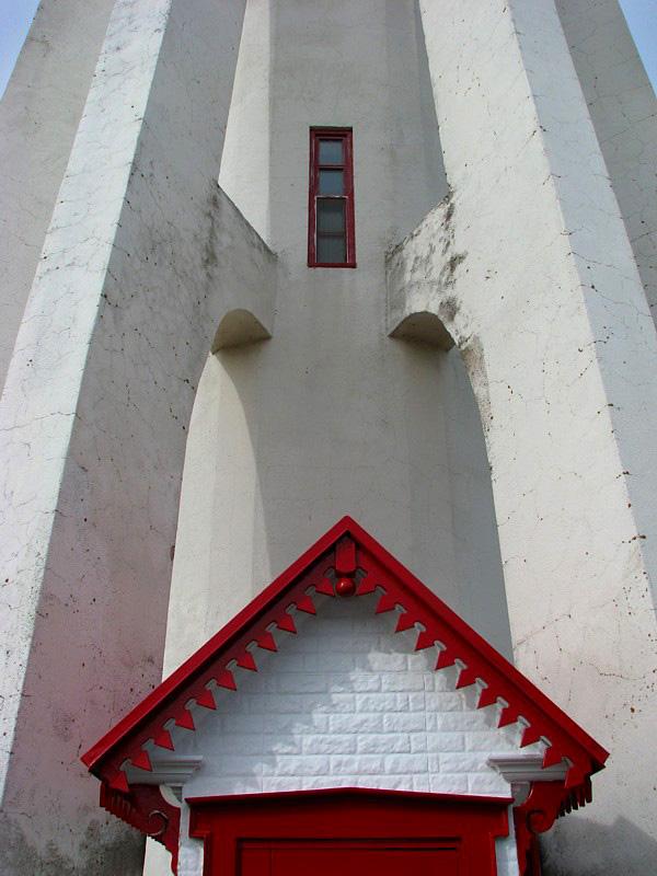 La mince fenêtre sur le pignon rouge