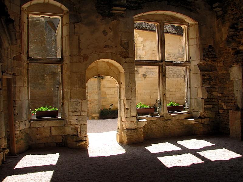 Bourgogne, La cour de Châteauneuf-en-Auxois