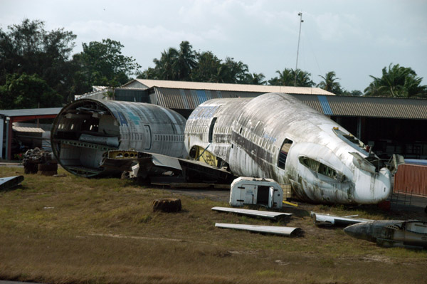Scrapping of a derelict Electra Airways DC-10 (SX-CVP)