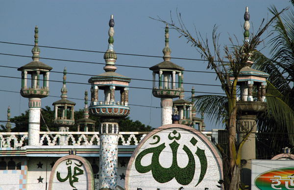 A randomly stumbled across this interesting mosque in southeastern Dhaka