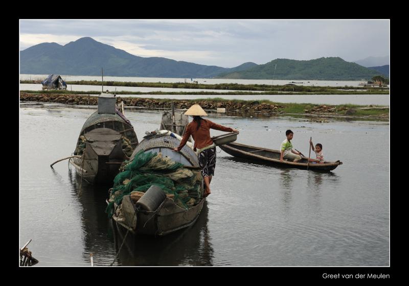 8624 Vietnam, lady balancing on edge of boat