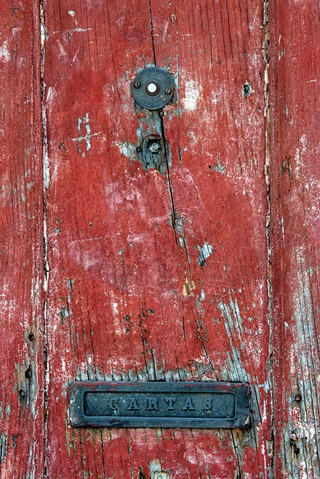 The red door with ring and CARTAS slot