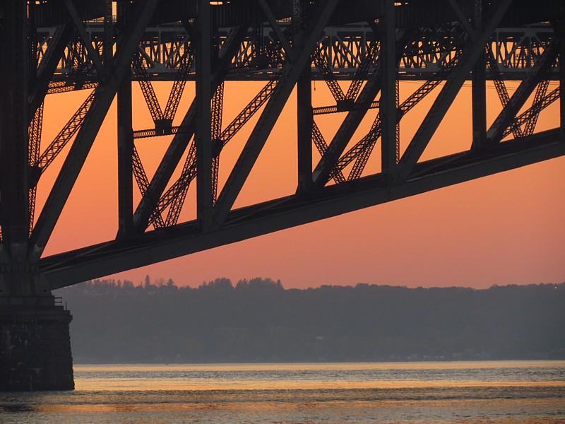 un pont sur fond orange