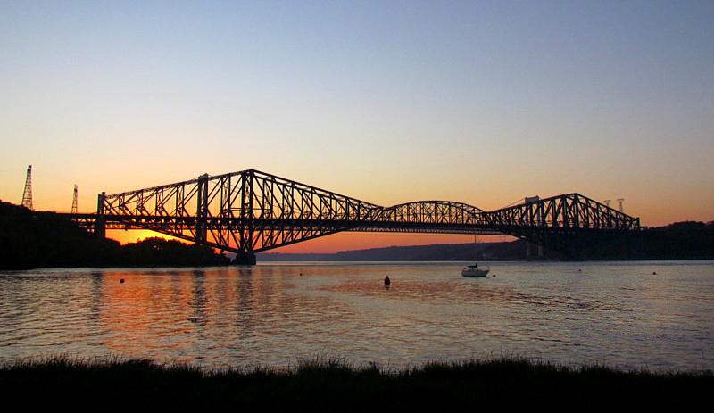 Soirée devant le pont de Québec