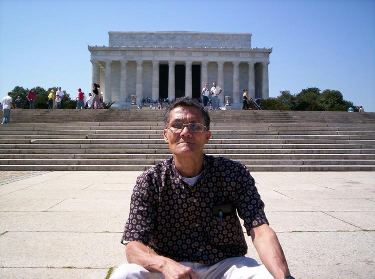 Rene frente a Monumento a Lincoln
