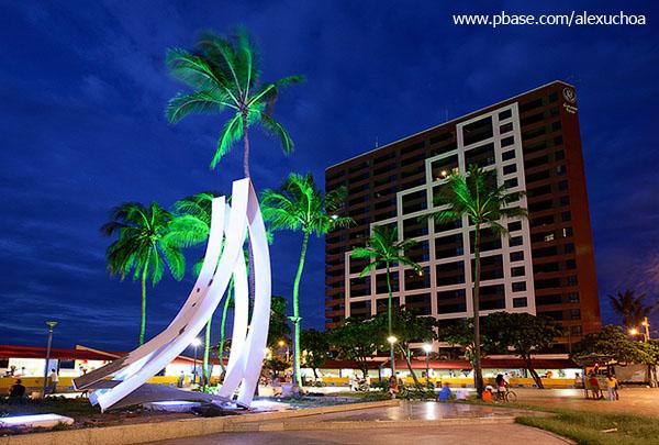 Monumento homenagem Jangadeiro com hotel Iate Plaza ao fundo, Beira-Mar, Foraleza_0095