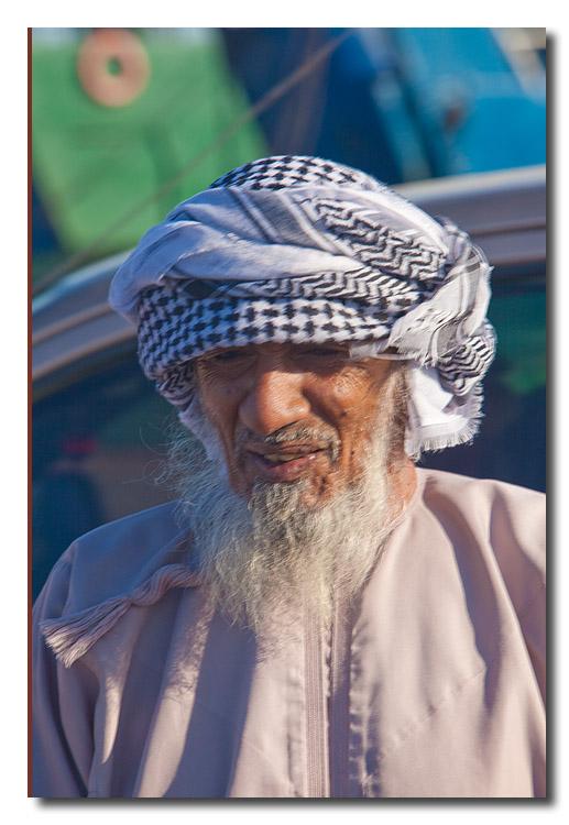 Omani anciano en el puerto de Masirah - Omani elder in the port of Masirah