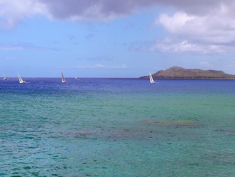 Pleasure sailing with Diamond Head in the background
