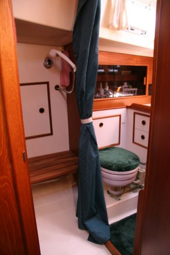 shower & head to strbd from fwd cabin