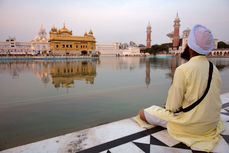 Sikh prays at Golden Temple - Amritsar