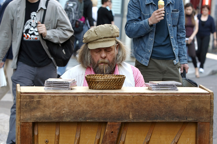 The wandering pianist