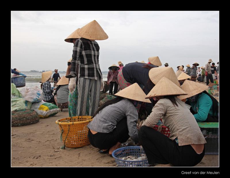 9892 Vietnamese hats on the fishmarket