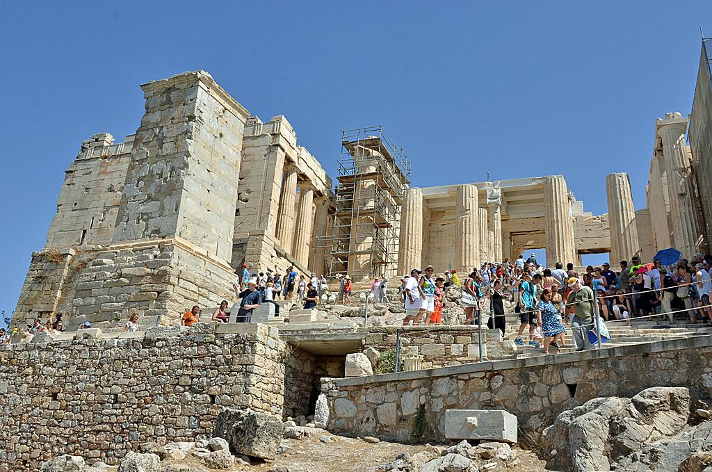 17_Crowds entering the Propylaea.jpg