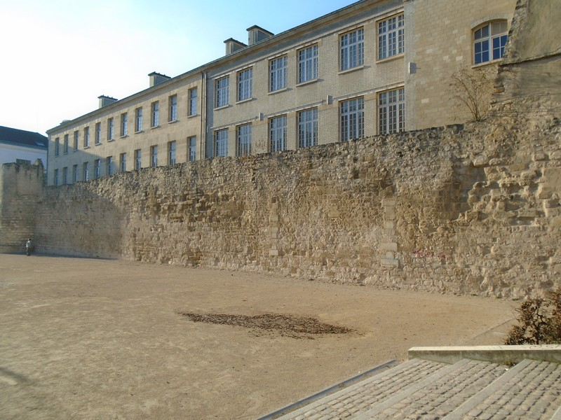 <a target=_blank href=http://en.wikipedia.org/wiki/Wall_of_Philip_II_Augustus,_Paris>Wall of Philip II Augustus 1190 </a>