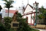Monumento a la Madre y al Fondo la Iglesia Catolica