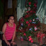 Leslie junto al arbol de navidad