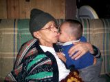 Recibiendo beso del nieto