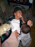 Nieto alimentando a abuelita